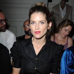 Alice Taglioni opte pour un total look noir illuminé grace à ses lèvres rouges chez Yves Saint Laurent.