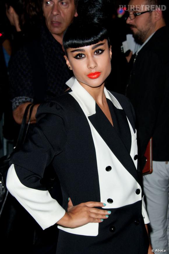 La chanteuse britannique Natalia Kills joue les modeuses au défilé Yves Saint Laurent.