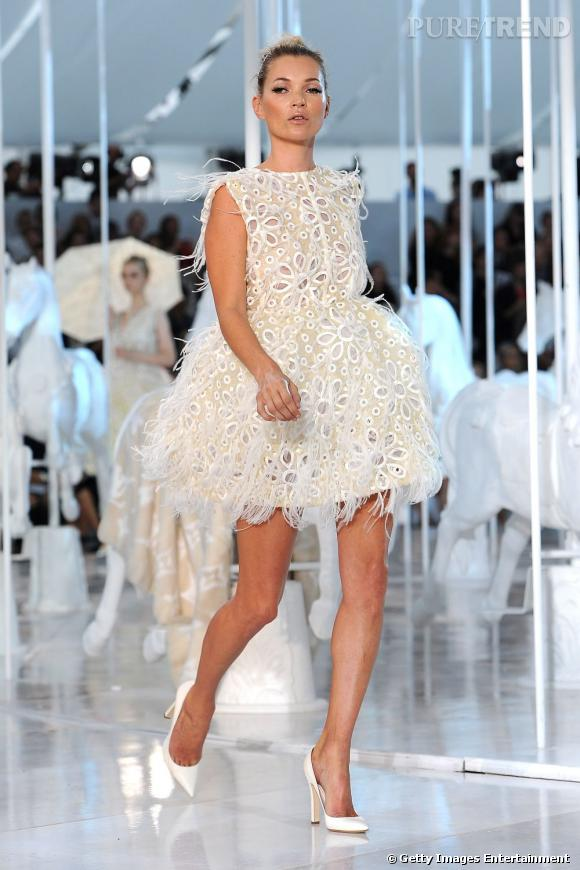 Kate Moss ferme le défile Louis Vuitton Printemps-Été 2012 à Paris.