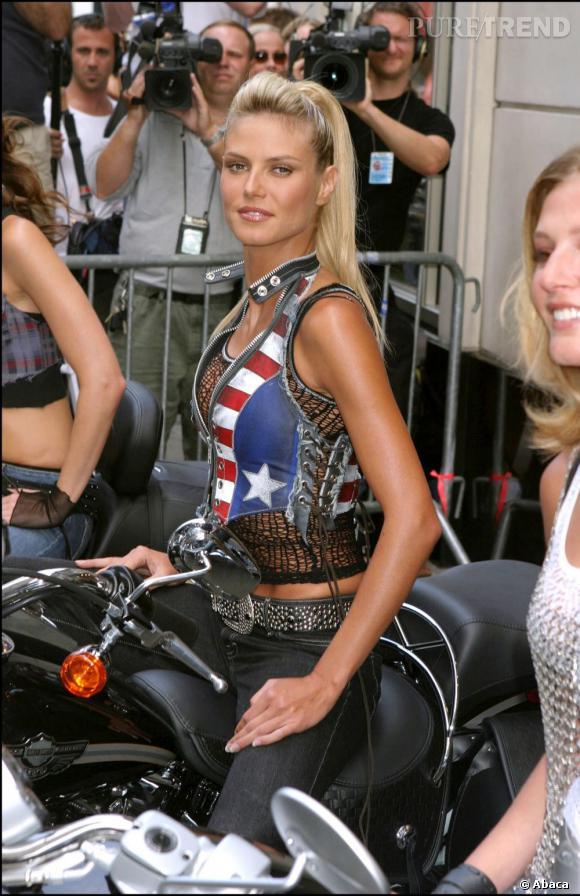 Ange de Victoria's Secret, Heidi Klum chevauche une grosse cylindrée avec un bustier drapeau américain trop petit pour un rendu plus que sexy.