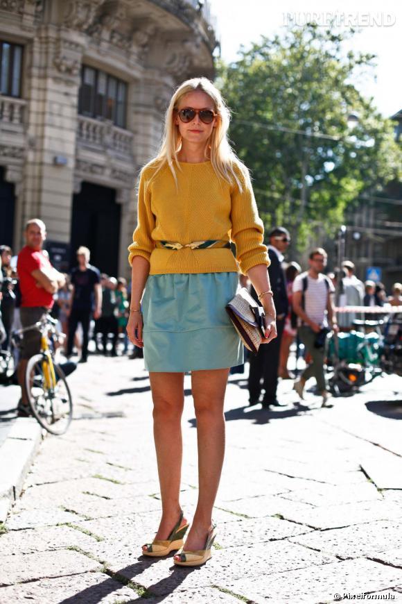 Son look : working-girl décontractée, en mini-jupe et pull colorés.  Ce qu'on lui pique : l'idée qu'il faut ceinturer son pull pour marquer sa taille, et oser les couleurs vives même si l'hiver approche.