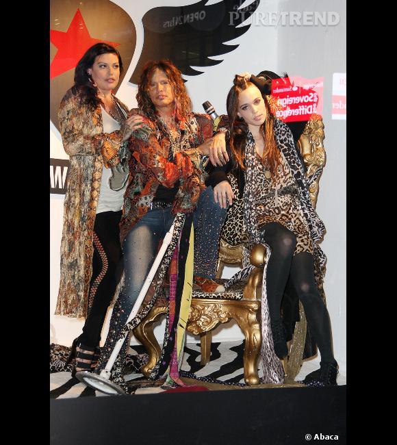 Steven Tyler entouré de ses filles Mia et Chelsea pour la présentation de sa première collection prêt-à-porter.
