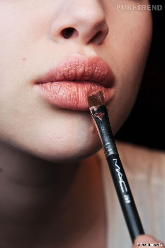 Secrets de maquillage pour des lèvres pulpeuses.