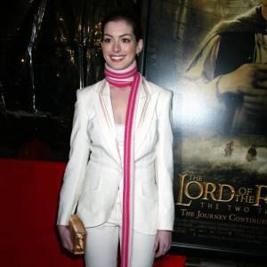Anna Hathaway en costume blanc franchement moyen.
