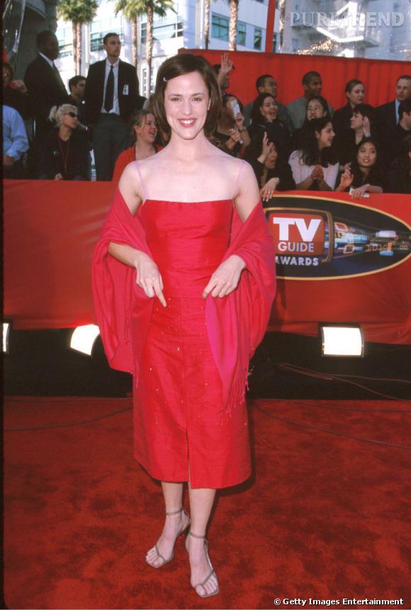 """Qu'a tenté de faire Jennifer Garner ? Longueur bâtarde, rouge peu flatteur, bustier qui écrase la poitrine... Rien ne va! Sans compter la coupe """"petite fille sage"""". Pitié, Jennifer, lâche toi !"""