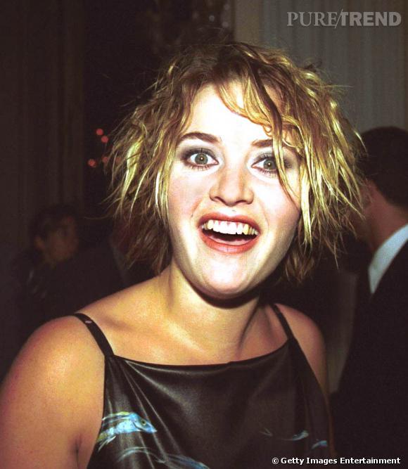 Entre l'air ahuri et le beauty look flopique, on aimerait bien savoir ce que se dit Kate Winslet quand elle voit cette photo.