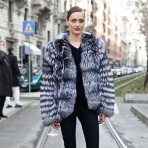 Karmen Pedaru  Son look : Karmen ose la fourrure, n'en déplaise aux activistes de la PETA, et opte pour une veste en fourrure grise pour booster son total look noir.  Ce qu'on lui pique : ses boots noires seconde peau qui se fondent parfaitement dans son look.