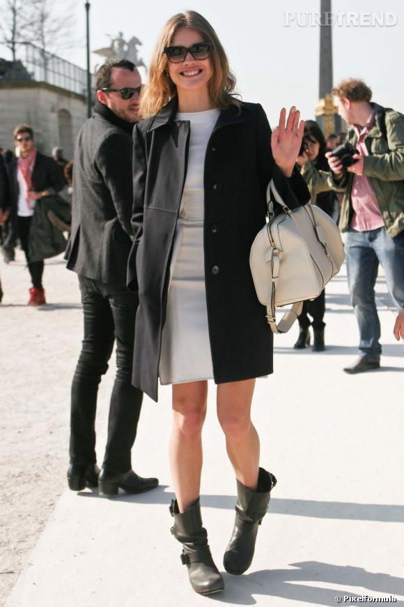 Natalia Vodianova  Son look : Natalia aime le mélange des genres, et mixe boots de biker et petite robe ajustée.  Ce qu'on lui pique : son sac Sofia Coppola de Louis Vuitton blanc cassé.