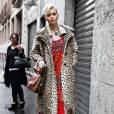"""Abbey Lee Kershaw        Son look :  Abbey affiche une certaine nostalgie et tente de prolonger l'été avec un look hippie chic, en manteau léopard, robe imprimé ethnique et besace.       Ce qu'on lui pique :  son manteau d'homme imprimé léopard, preuve que l'imprimé """"savane"""" n'est pas réservé à l'été."""