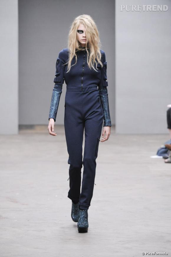 Tantôt très sage, tantôt dark, elle se glisse dans tous les styles comme ici pour le défilé Louise Goldin.