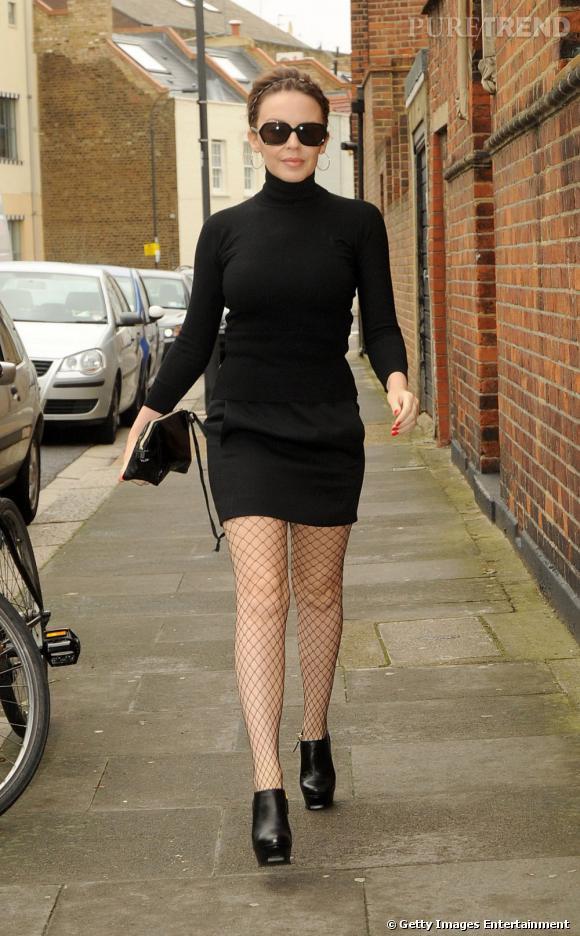 Kylie Minogue renoue avec les mini-jupes.