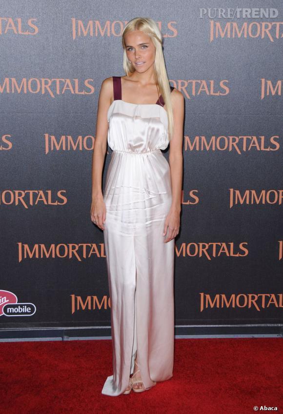 """Isabel Lucas à la première des """"Immortels"""" à Los Angeles."""
