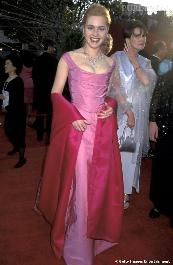 """1996, un des premiers tapis rouges de la toute jeune Kate Winslet. Minceur juvénile et goût prononcé pour les robes style """"bal de promo"""", le meilleur est à venir (ouf!)."""