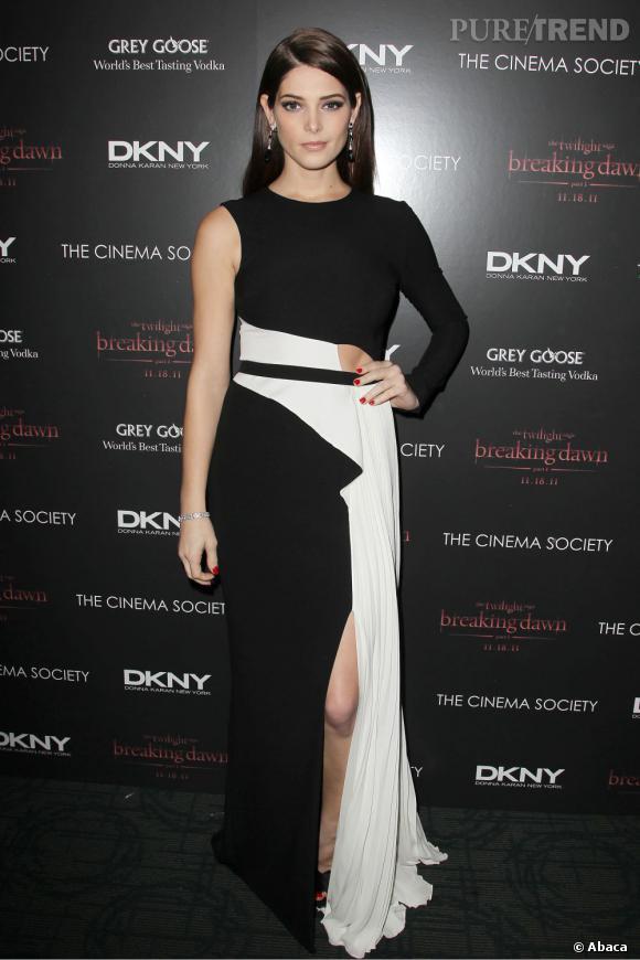 La robe Donna Karan d'Ashley Greene est très graphique, le classique noir et blanc devient ici original.