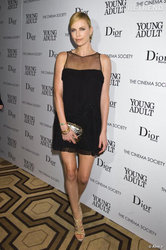 Charlize Theron est court-vêtue mais reste chic.