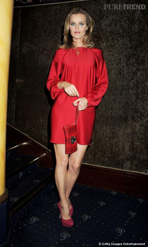 Robe en soie rouge pour Eva Herzigova qui n'a rien perdu de sa splendeur.