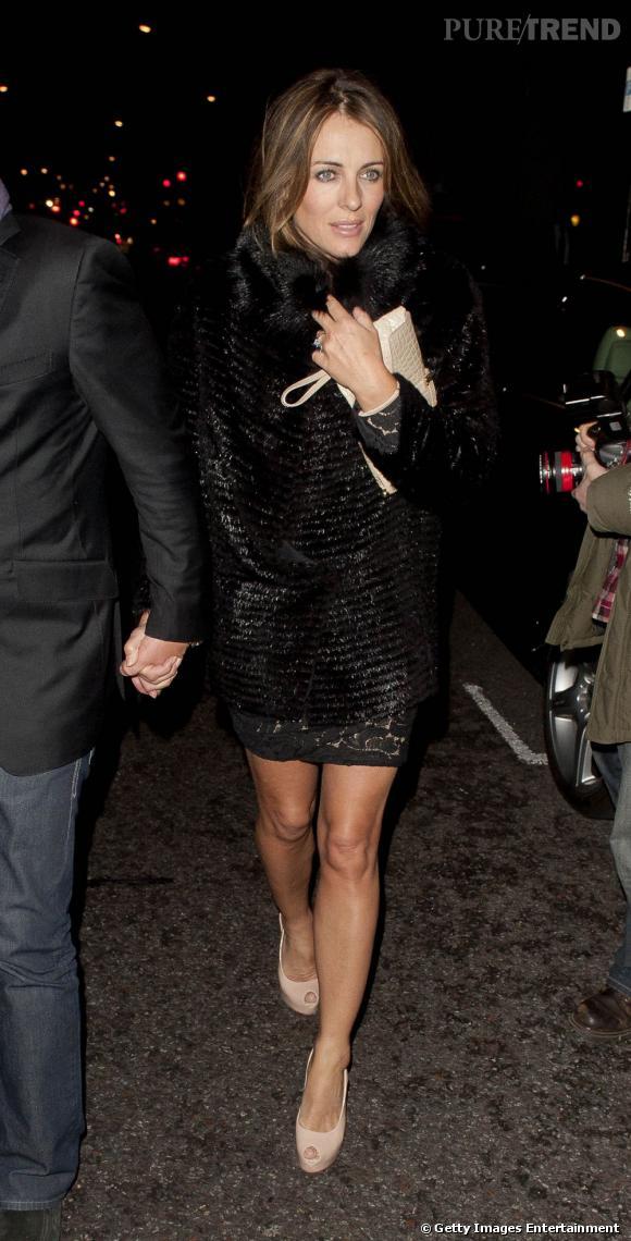 Elizabeth Hurley se réchauffe dans un somptueux manteau en fourrure noire pour un look très diva.