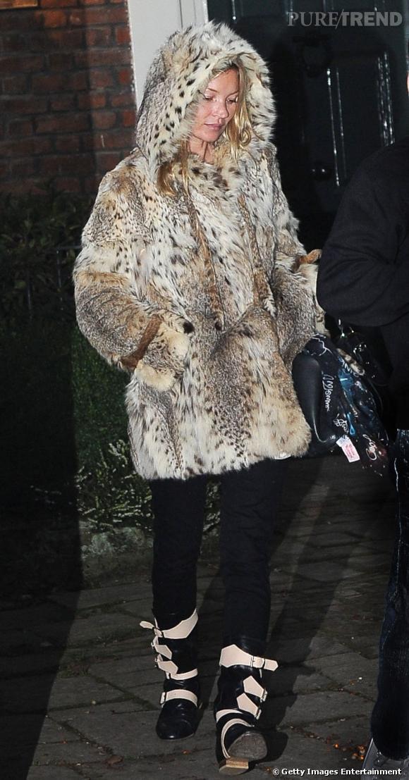 Kate Moss ne fait pas les choses à moitié dans cet imposant manteau à capuche. Effet bête sauvage assuré !