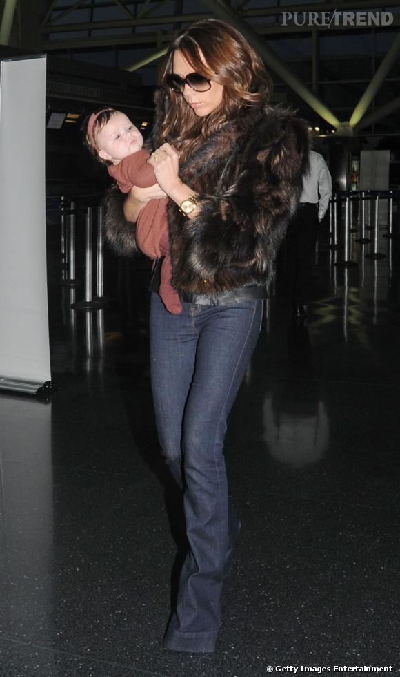 Victoria Beckham a deux pièces fétiches dans son dressing de cet hiver : la fourrure et le bébé.