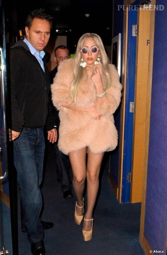 Lady Gaga a une façon bien à elle de porter la fourrure : à même la peau. Pourquoi s'encombrer de vêtements avec un manteau si chaud ?