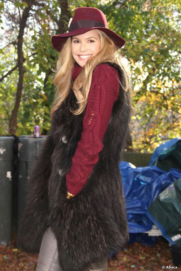 Elle Macpherson en gilet long sans manches pour un look hippy chic 70's.