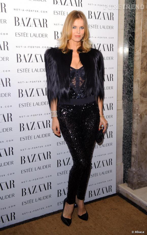 Eva Herzigova adopte un look glitter et poilu, un mix détonnant.