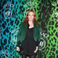 Audrey Marnay choisit la fourrure verte, la couleur idéale pour mettre en valeur son teint et sa crinière rousse.