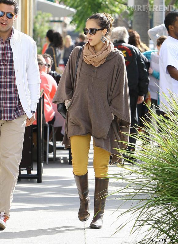 Jessica Alba porte une cape oversize chocolat, mode et idéale pour l'automne.