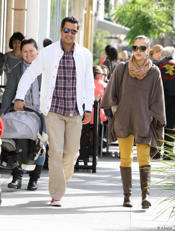 L'actrice peaufine son look à l'aide de bottes en cuir marron montantes.