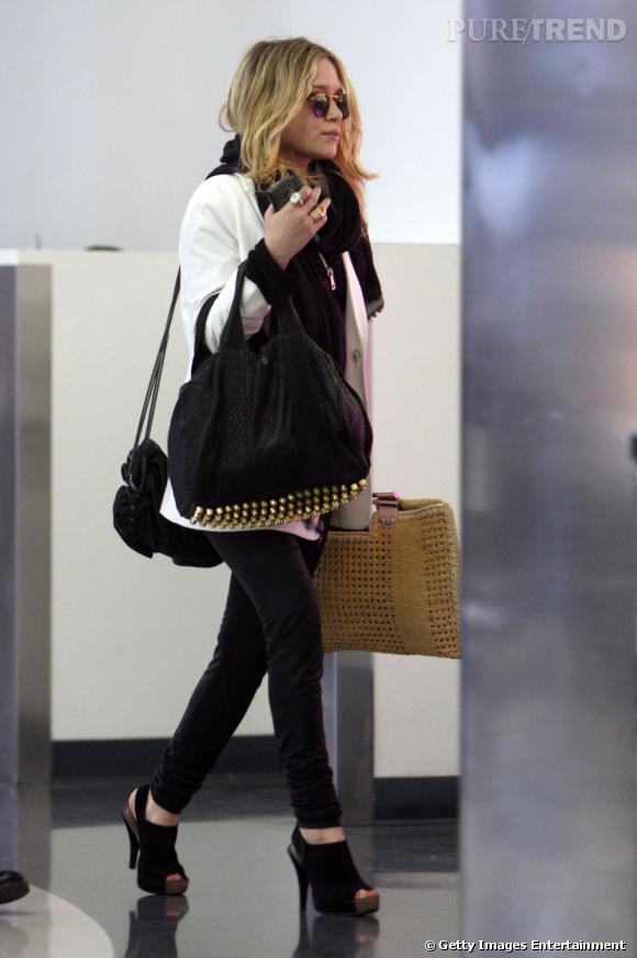 Ce sont par les accessoires que Mary Kate Olsen a été séduite et elle craque pour le sac Coco Duffel agrémenté de clous pour la touche rock'n'roll.