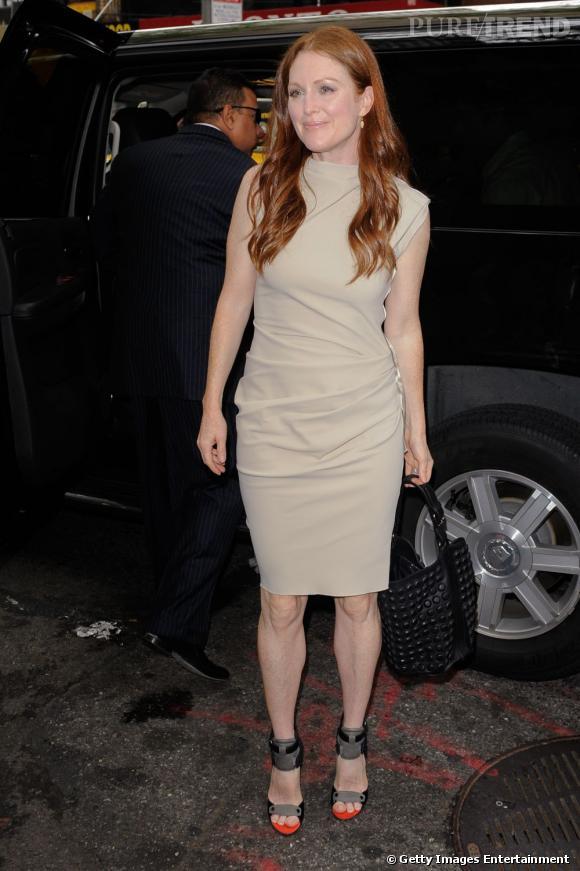 """Les courbes moulées dans une robe Lanvin, c'est sur une paire de sandales à larges brides baptisées """"Chloe"""" que Julianne Moore se juche afin de prendre de la hauteur."""