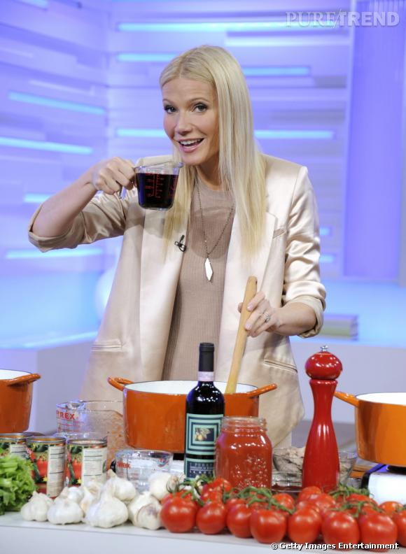 C'est dans un ensemble nude et crème composé d'un blazer XL et d'une robe asymétrique que Gwyneth Paltrow fait la cuisine à la télévision.