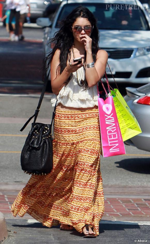 Vanessa Hudgens craque pour le sac bourse Diego pour donner une touche plus fashion à son look bohème.