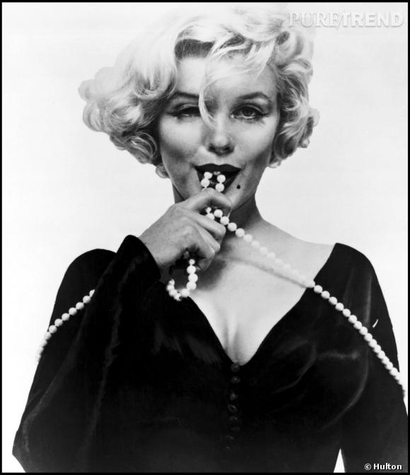 "Marilyn Monroe ou l'art du ""less is more"" : petite robe noire et collier de perles."