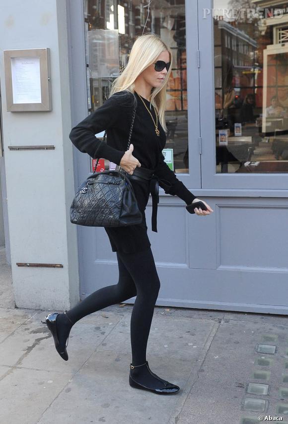 Un sac matelassé Chanel et des ballerines salomé vernies complètent son look avec goût.