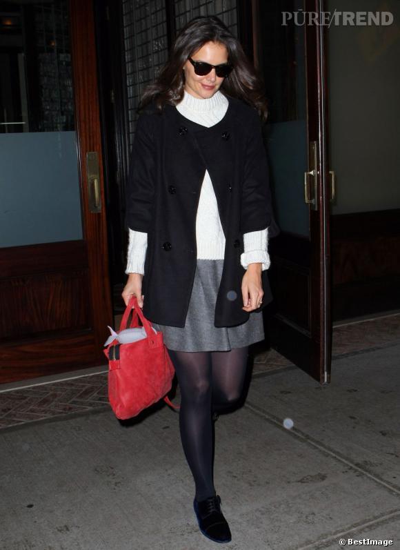 Katie Holmes fait du tourisme à New York en se promenant à Broadway.
