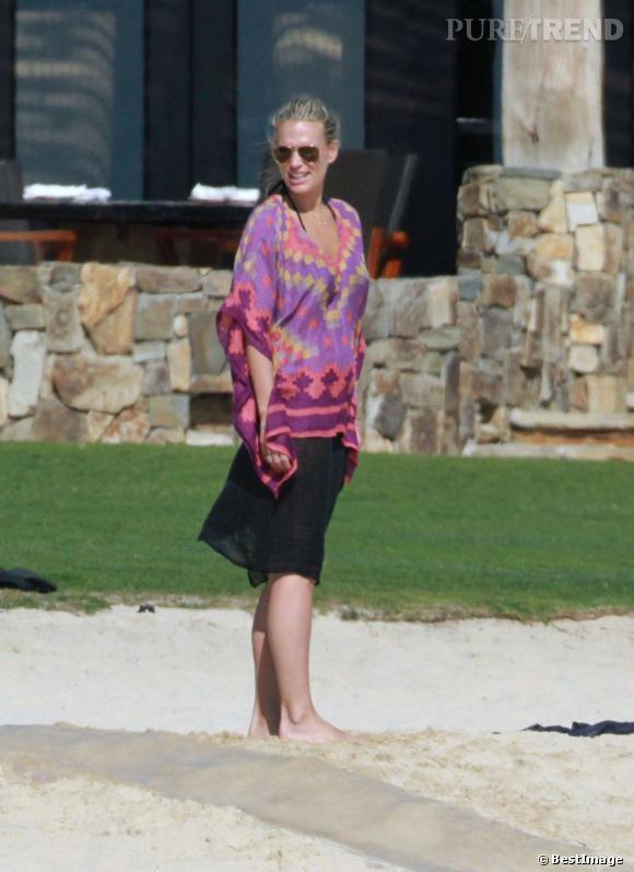 Tunique d'esprit aztèque, jupe fluide noire, le look de plage de Molly Sims est mode et féminin.