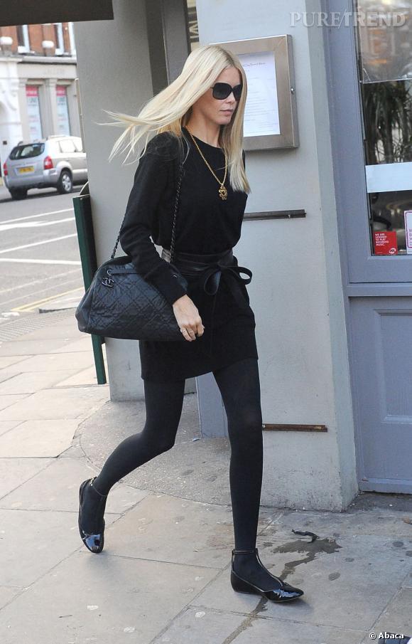 Malgré un total look dark, Claudia Schiffer fait mouche avec ses accessoires, dont un collier doré.