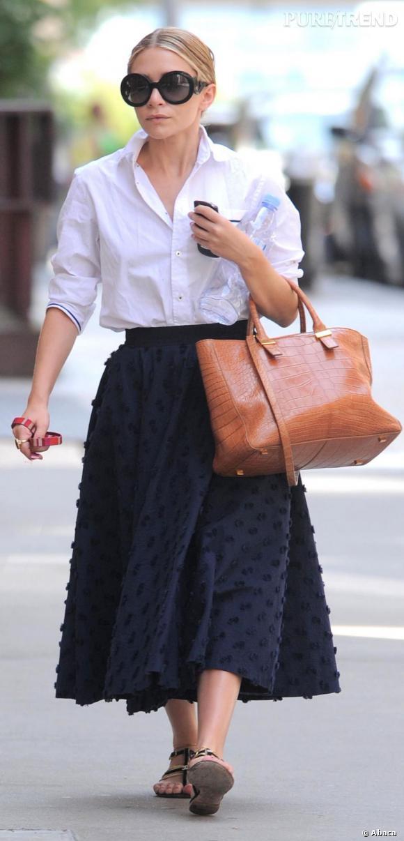 Ashley Olsen, absolument sublime dans la rue avec ce look retro et ses lunettes Prada.
