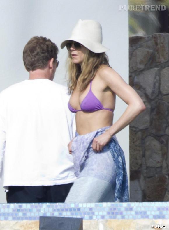 C'est également à Cabo que Jennifer Aniston fête Thanksgiving. Pour passer  incognito, elle se dissimule sous une capeline et derrière des lunettes  de soleil.