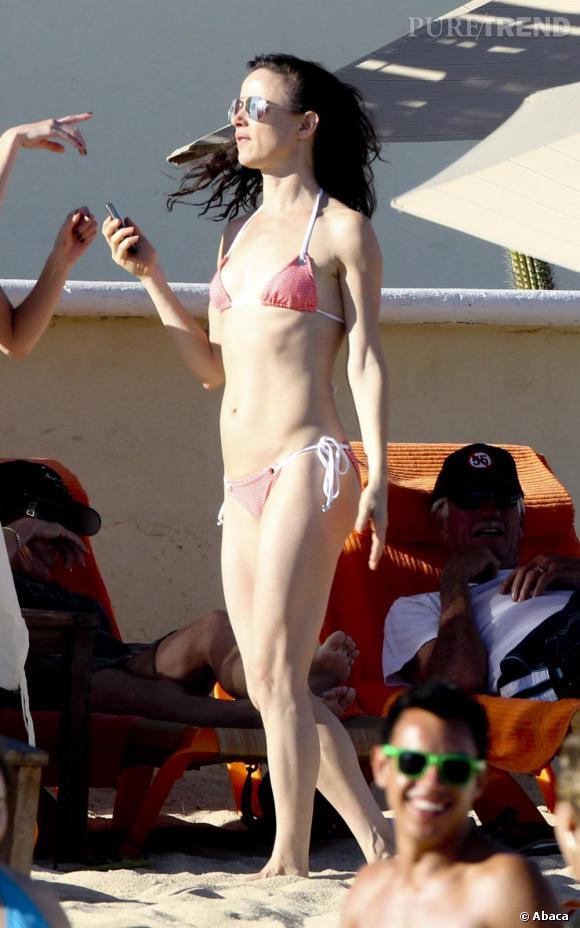 Pour la pourtant très grunge Juliette Lewis, ce sera un bikini rose bonbon taille 12 ans...