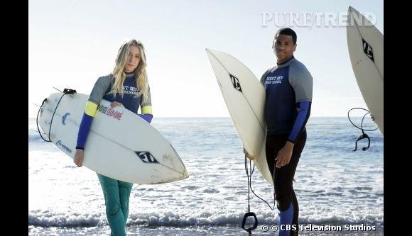 """Comme son personnage dans la série """"90210"""" Gillian Zinser aime la beach attitude et le surf. Allure sportive, crinière décolorée par le sel, elle se la joue californienne bohème avec style."""