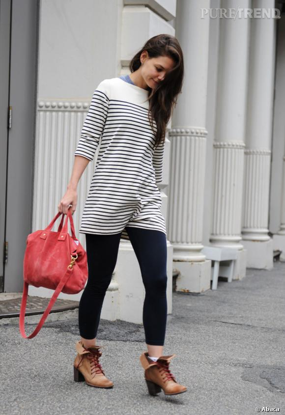 Katie Holmes peaufine son look mode avec un sac rouge... Qui fait écho à ses lacets.
