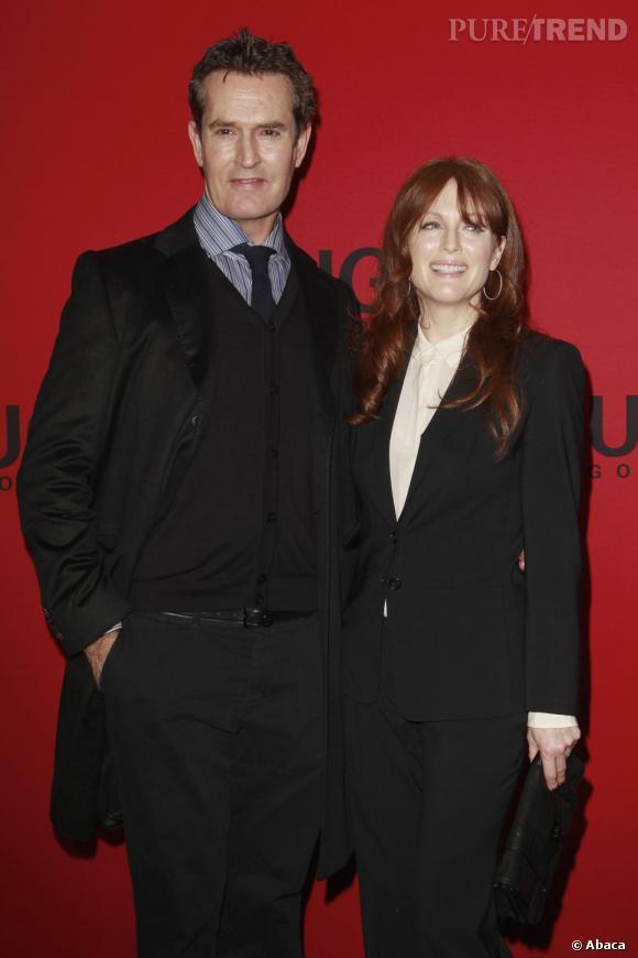 Julianne Moore et Rupert Everett ont adopté les coupes rectilignes chères au créateur pour leurs tenues de red carpet.