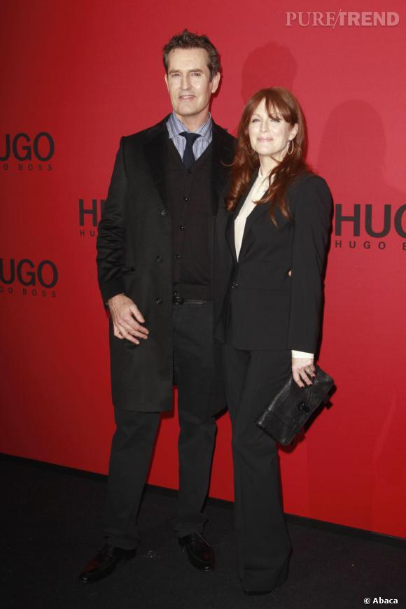 Julianne Moore adopte un look un brin trop strict pour le show Hugo Boss.