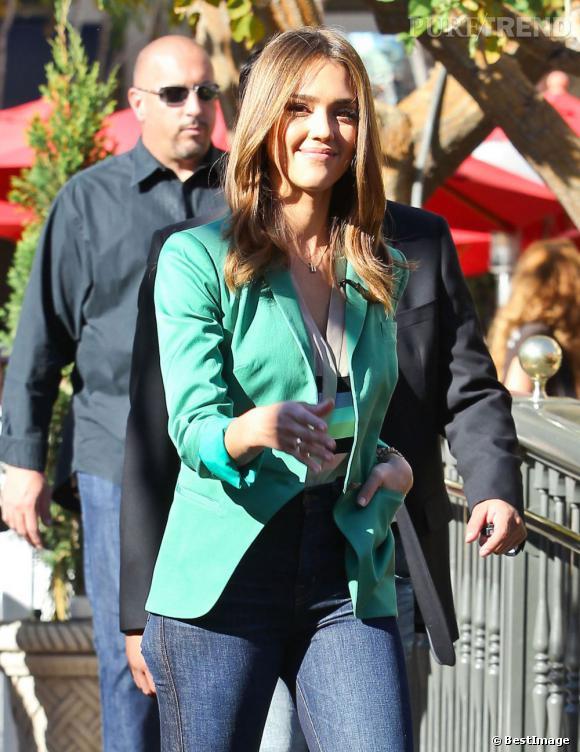 Jessica Alba se rend à l'émission de Mario Lopez à Los Angeles.