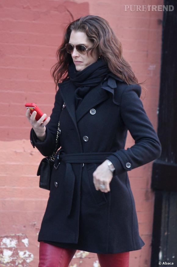 Avec sa pochette Chanel, Brooke Shields a beaucoup d'allure.