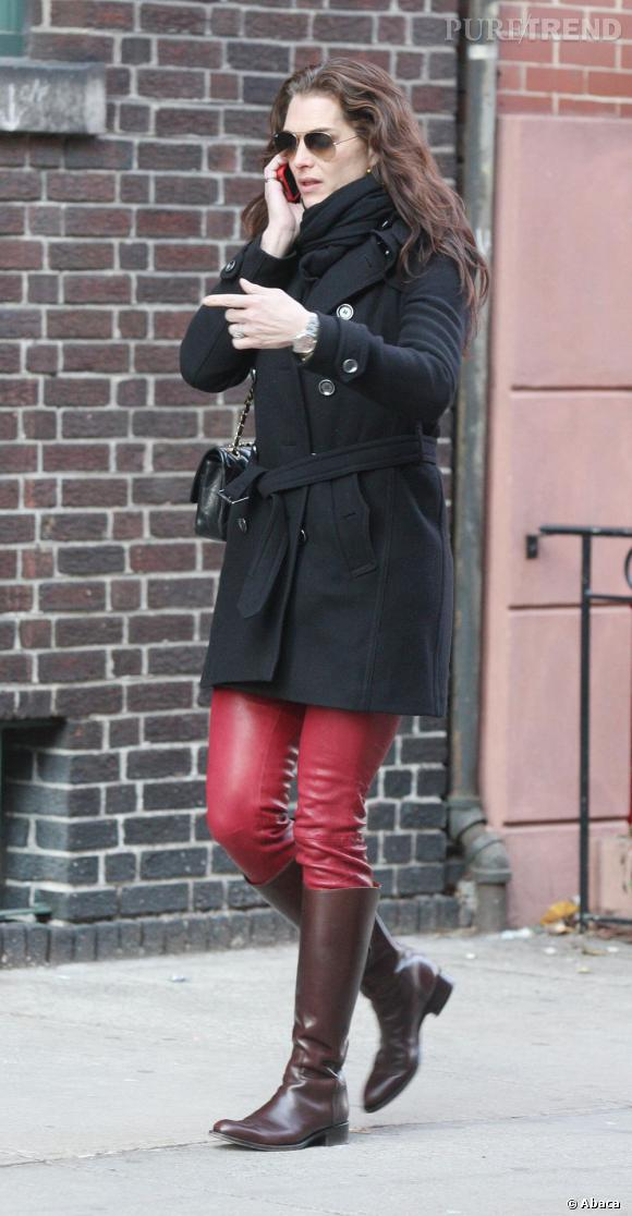 A retenir : l'association du cuir marron et rouge très bien utilisée par Brooke Shields.