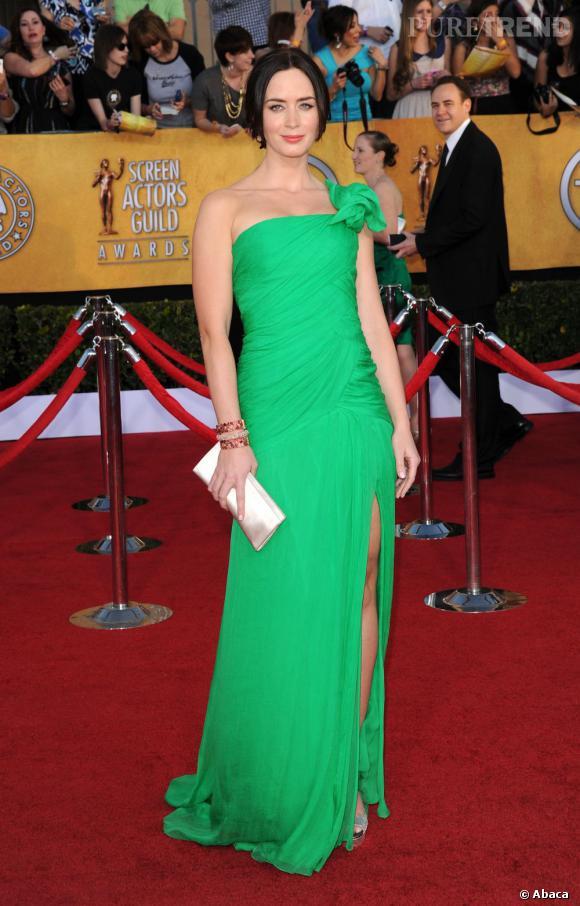 Emily Blunt joue les bonnes élèves, en adoptant la robe portée sur le catwalk, sans faire de vagues.