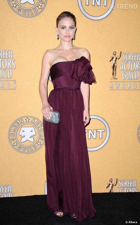 Natalie Portman adopte le look Haute Couture, mais sans l'accessoire de tête assorti à la robe.